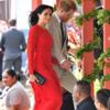 メガン ∙ マクルー, トンガの国旗に対する敬意 '美しいレッド·ドレスルック'のファッション