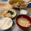ごはん、カレイの煮付けとほうれん草とネギ、大根と豚肉の味噌汁