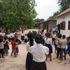 カンボジアのお菓子袋や新聞紙から作られるグッズ。リエンポン村の小学校を訪問してきました。