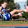 子どものジャンプパフォーマンス(思春期前の子どもは、反動作中にかがみ込む深さに違いがみられること、離地の際に(重心線に対して)より後方に傾いた姿勢をとることに、このような違いは、かがむ際に可動域(ROM)が制限されている)