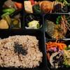 石川県加賀市片山津にある玄米食専門店玄命庵で、玄米メインの長寿弁当の他、里芋の煮物、水ようかんをテイクアウト。果林食堂のマフィンとパウンドケーキも。