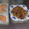 幸運な病のレシピ( 1853 )朝:豚しょうが焼き、鮭、なめこ味噌汁、マユのご飯