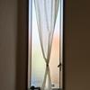 縦すべり窓のカーテンをまとめる