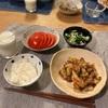 ごはん、白菜の旨煮、トマト、きゅうりとわかめとしらすの酢の物、子供にはアサリの味噌汁