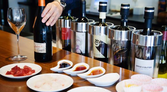 混ぜて煮きるだけ。ワインバー直伝「白ワイン醤油」がスーパーの刺身とワインを最高のご馳走にする