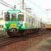長尾線と琴平線を走るラッピング電車の交換