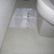 トイレの床に突然出現した茶色いものの正体は、ウオシュレットの劣化によるものでした