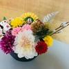 お洒落な縄を使ったしめ縄とお正月飾りを豪華にフラワーアレンジメントして見た。