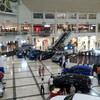 フィリピンのショッピングセンターに入るには検問を通ります。