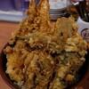 メシコレ連載#48 巨大な海老天がはみ出て鎮座!デカ盛り好きなら行くべき「天ぷら 豊野」