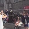 モリーマローン像付近はツアーの集合客で一杯
