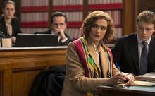 ティモシー・スポールが「ホロコースト否定論者」を怪演!映画『否定と肯定』