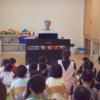 ピアノを弾く手に興味津々の子どもたち|保育園出張演奏
