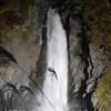 滝の写真(ライトアップは難しい)