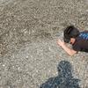親不知で石を探す