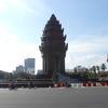 プノンペンおすすめ観光-仏教寺院ワットプノンとプノンペンのシンボル独立記念塔
