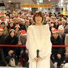 丸本莉子、渋谷のレコ発イベントで、大量のサンタに囲まれて歌う!?
