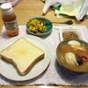 味噌汁と食パン。