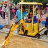 中国各地で流行し始めたシェアショベルカー。子どもたちに大人気