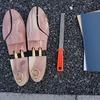 革靴に使うシューツリーのサイズを削って直しちゃうぜ!