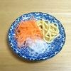 4歳児ゆうゆうの カレーマヨサラダと人参と新玉の三色サラダ より。