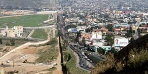 メキシコ国境に押し寄せる不法移民の裏に麻薬カルテルの影か