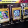 【遊戯王 フラゲ】『LEGENDARY GOLD BOX』のプレミアムゴールドレア3枚の実物を様々な角度で見よう!|実物展示画像が様々登場!?