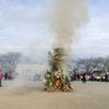 稲城でどんど焼きに参加。しめ縄、門松、破魔矢を処分。