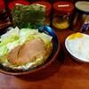 八王子の「横浜家系まるに家」でキャベツ玉ねぎトッピングラーメンを食べた感想。豚骨と鶏ガラの旨味と野菜の甘味がベストマッチで旨い一杯でした!