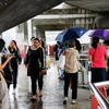 BTSアヌサワリーの駅で雨宿り。