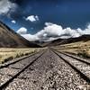 標高4000mの地を走る線路の風景写真。ペルーはクスコにて