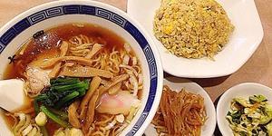 御徒町駅徒歩1分の老舗「中華 大興」のラーメン半チャーハンセット。480円のラーメンはじめリーズナブルでおいしい中華料理が満喫できる人気店