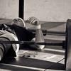 エクササイズの選択と肩の傷害(ベンチプレスの下降(伸張性)局面は、特に腕が体幹より低く下ろされた場合には、多くの傷害の原因とされている)