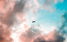 「社内で」って英語でなんて言う?JALが21年春の新卒採用中止を検討