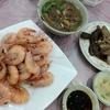 香港で海鮮:Ap Lei Chau、海鮮は街市で購入、お店に持ち込み調理してもらう。茹で海老、茹でバイ貝、イカの塩胡椒風味など