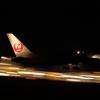 JAL機の夜の離陸。