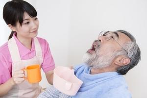 高齢者の口腔ケアの方法は?誤嚥性肺炎の予防に口腔ケアが重要