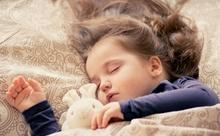 夜、しっかり睡眠を取るためにやるべきことって?【英語多読ニュース】
