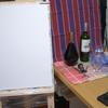 自宅で絵を描く。ワインボトル・グラス・オープナー・布。その1