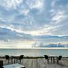 能登千里浜レストハウスのウッドデッキから見える海の景色は最高!お土産物屋さんやカフェ、コワーキングスペースまであるよ