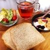 今日の朝食ワンプレート、胚芽パン、紅茶、カリフラワーとレタスのサラダ、バナナブルーベリーグラノーラヨーグルト