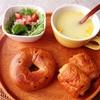 ベーグル、レタスサラダ、コーンスープ。