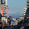 今朝は燃えないゴミの当番でした。 雪化粧した谷川連峰・浅間山