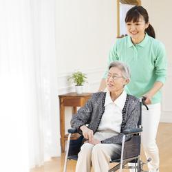 父が初期の認知症と診断されました。介護保険サービスを利用するには、どのような手続きが必要ですか?
