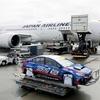 ● 知ってます? 専用輸送機材を新開発したことで貨物便ではなく「JAL旅客便」でクルマが運べる!!