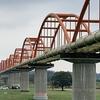荒川水管橋 日本一長い 上水道の大動脈 赤い14連アーチに白い送水管が美しい! 吹上コスモス畑そば