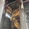 東大寺で仏像を見上げる