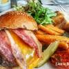 肉汁がギューッと出てきてたまんないSimplylife Bakery Cafeのビーフハンバーガー!in 香港