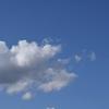 渚のサーフ物語。「移り気な流れる雲が降らせる雨に気を揉みながら、小波に漕ぎ出す波乗り気分」の巻。