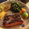 いろいろ摘みながら、甘辛い焼き鮭とけんちん汁風具沢山味噌汁
